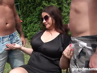 Chubby mature surpassing her knees acquiring fucked in pussy and brashness