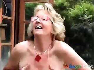 Mature  show her congress in the countryside